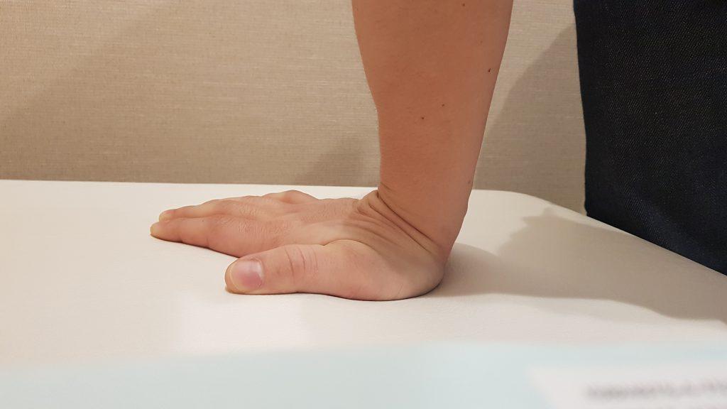 背屈で手を衝く